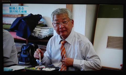 若い支援者にアドバイスされたオレンジ色のネクタイ。「これは2本目」「これね、ヨメさんが、買こうてきた」「今日の告示日はそれにしようと」。